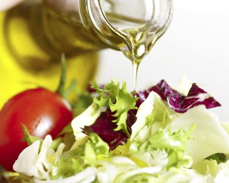 Enriqueciendo la ensalada con Aceite de Oliva Virgen Extra