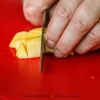 Cortando el melocotón para la sopa fría