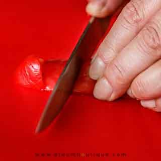Cortando el pimiento para la sopa fría