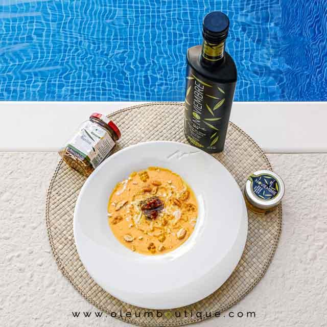 Presentación de la Sopa Fría de albaricoque y melocotón con queso de cabra y aove, receta de Manuela Monsalve