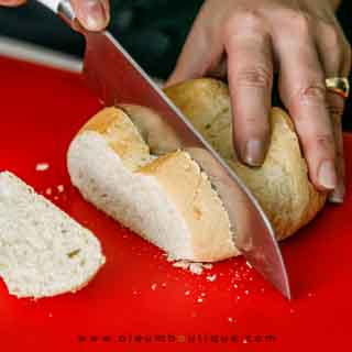 Cortando el pan para la sopa fría