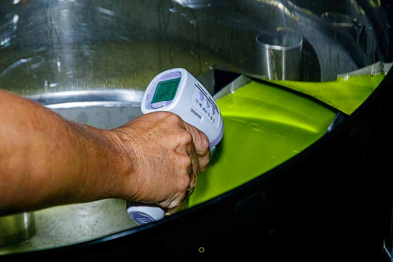 Cómo se hace el aceite de oliva - Control de temperatura al salir de la centrifugadora vertical
