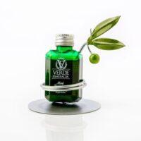 Detalle de boda expositor de botellita de aove con hojas de olivo y aceituna