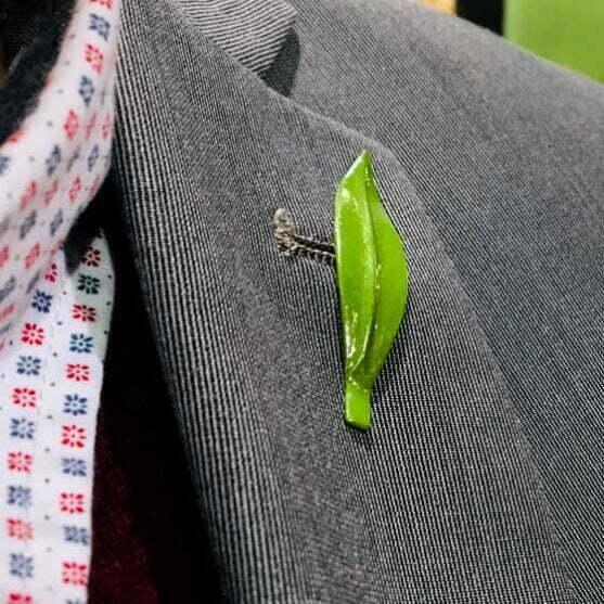 Pin de hoja de olivo verde detalle de boda hecho a mano